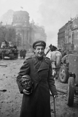 Поэт Евгений Долматовский около Бранденбургских ворот. Сувенир Победы, 2 мая 1945